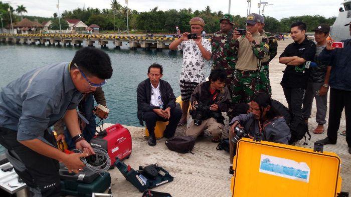 Tim BMKG memasang alat ukur ketinggian air di dekat gunung anak Krakatau