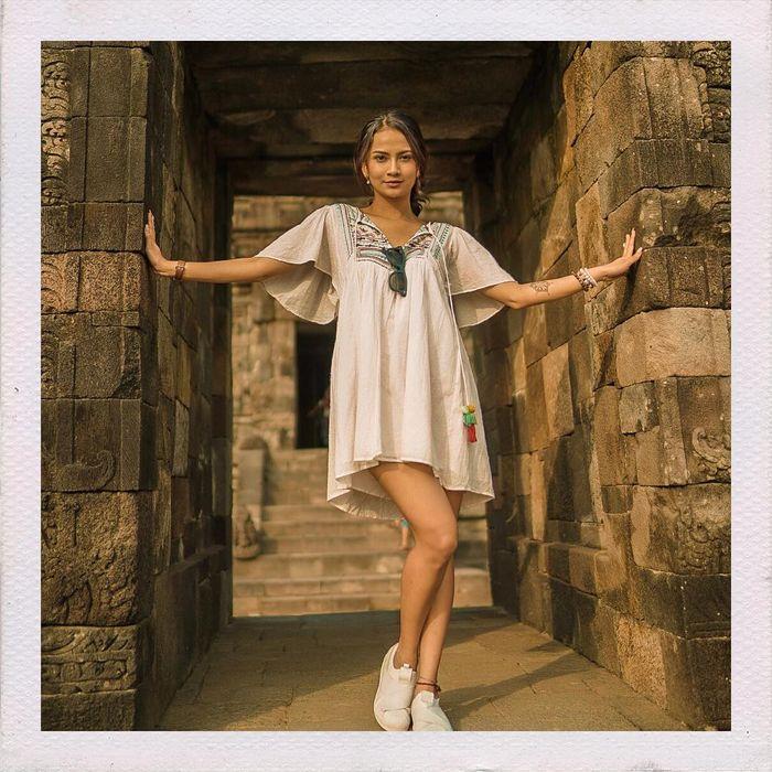 Vanessa Angel terlihat tampil seksi dalam balutan mini dress