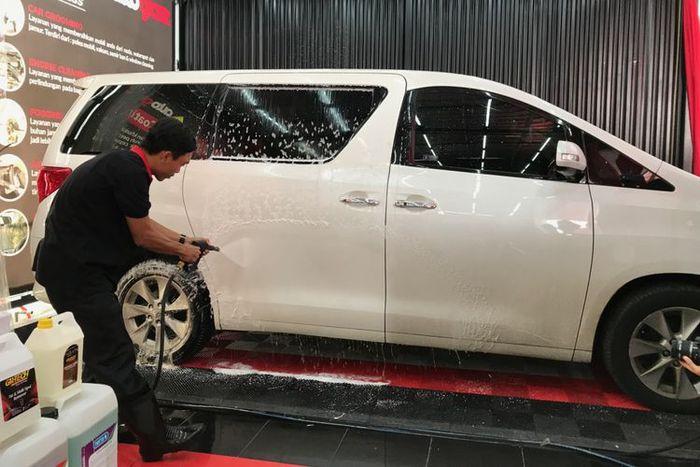 Mencuci Mobil di Autoglaze