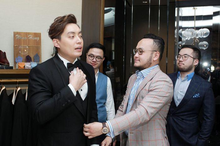 Edric Tjandra saat fitting <a href='http://pontianak.tribunnews.com/tag/jas' title='jas'>jas</a> pengantin di Wong Hang Tailor, Grand Indonesia, Jakarta Pusat pada Se