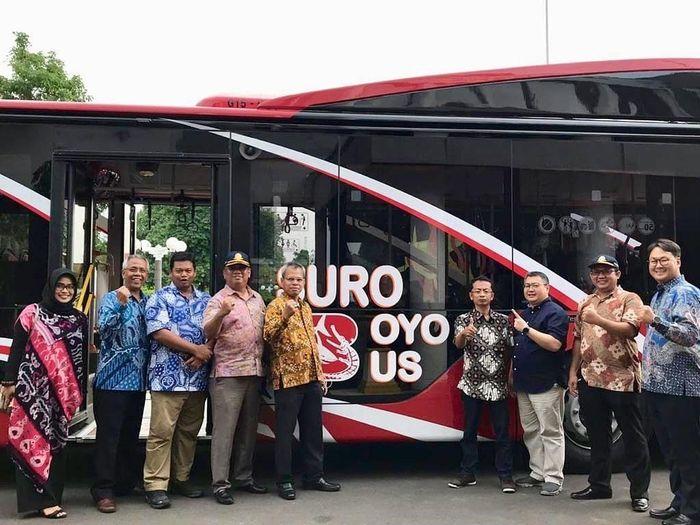 Simbolis penyerahan unit Bus Suroboyo