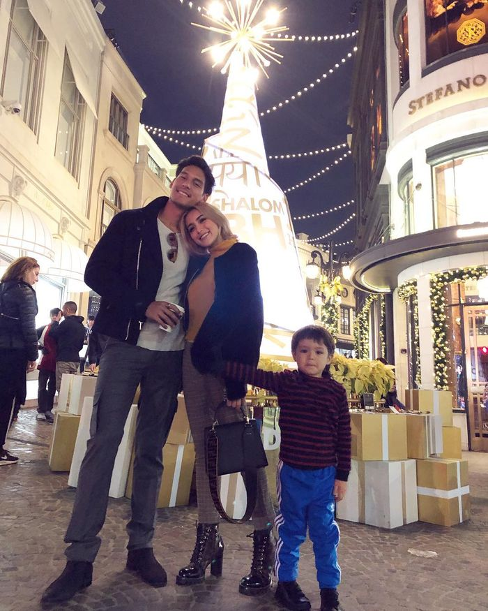Momen malam natal Jessica Iskandar, Richard Kyle, dan El Barrack berfoto bersama di Rodeo Drive.