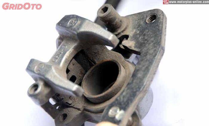 Contoh kaliper dengan piston yang menekan dari satu arah (standar)