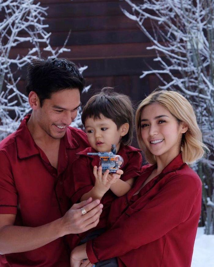 Richard Kyle bersama Jessica Iskandar dan El Barack mengenakan baju warna senada.