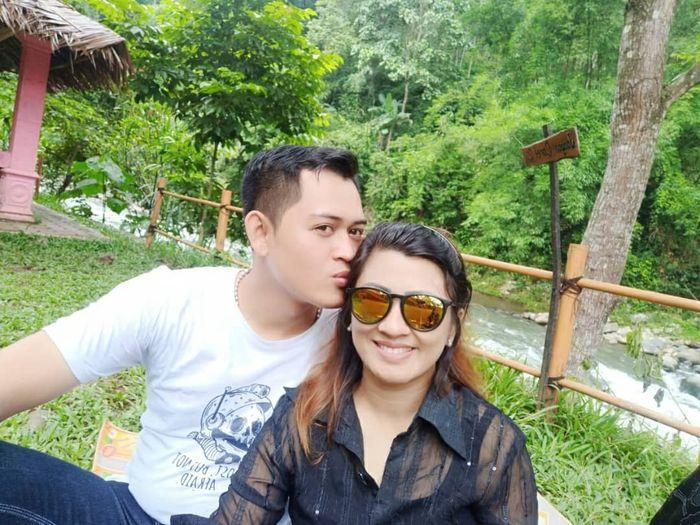 Foto Mesra Mantan Suami Elly Sugigi, Ferry Anggara dan Istrinya