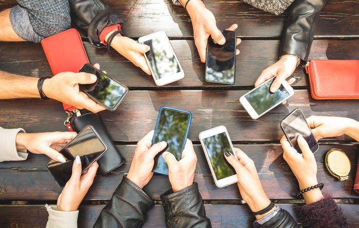 Media sosial menjadi candu bagi sebagian orang.