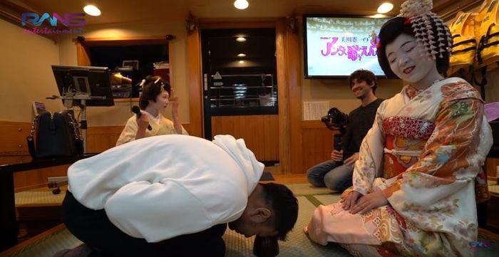 Raffi Ahmad saat bermain bersama geisha di atas kapal