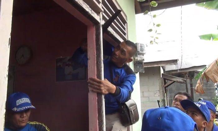 Jendela rumah Titin dijebol petugas