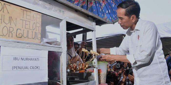 Ungahan Presiden Jokowi sedang jajan cilok di salah satu lapak dalam rangkaian kunjungan kerjanya di Lapangan Gongseng, Ciracas, Jakarta Timur.