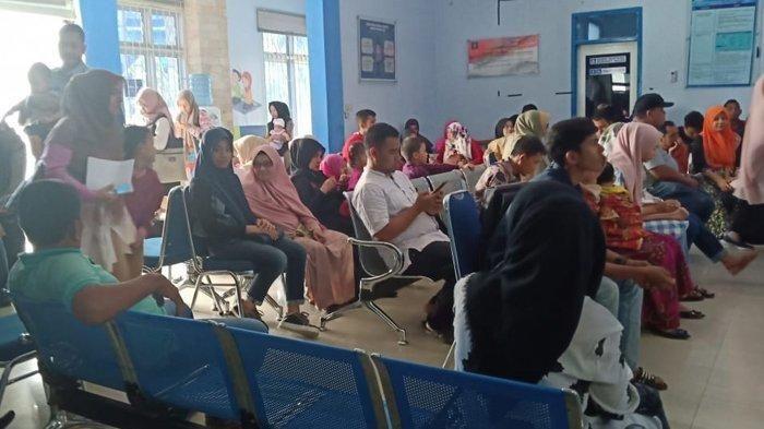 Antrean warga yang membuat paspor di Kantor Imigrasi Banda Aceh, Jumat (11/1/2019) siang.