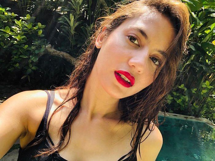Penampilan Pevita Pearce tetap cetar dengan bibir yang dihiasi lipstik merah