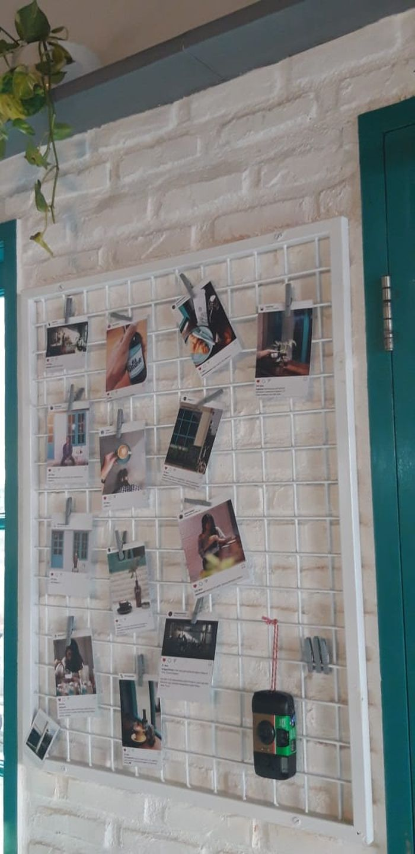Pemilik menggantungkan foto-foto dari instagram  yang berasal dari pengunjung kafe