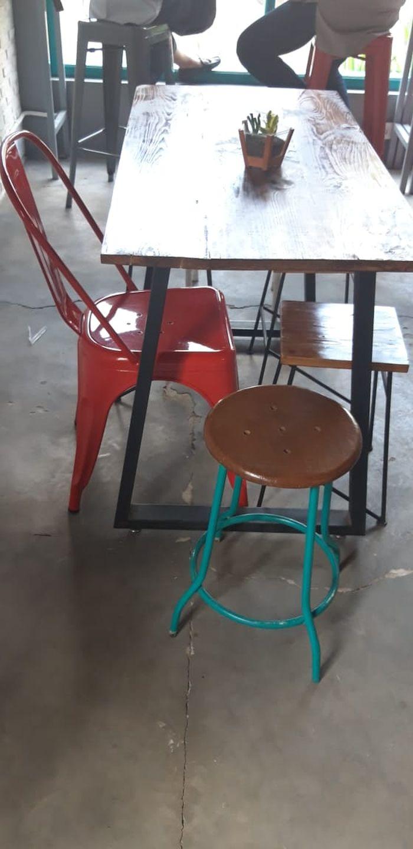 Kursi dan meja di Meanwhile Coffee