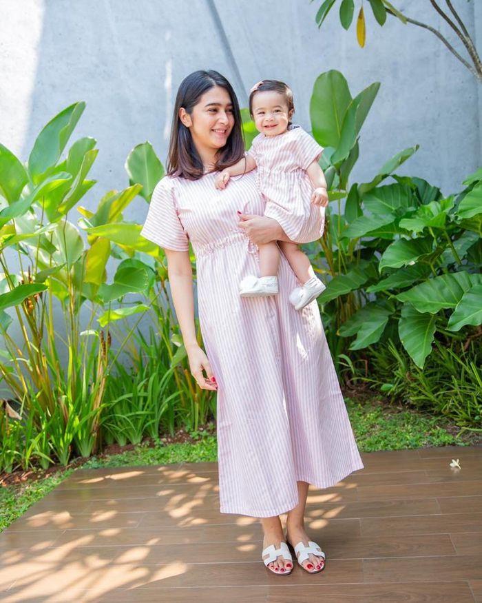 Gaya busana kasual Nabila Syakieb dengan stripe dress