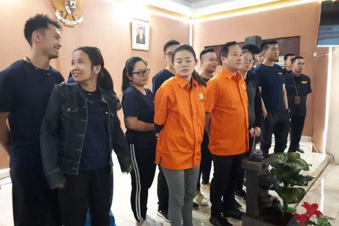 Chris Leong (baju orange) WNA asal Malasia yang tertangkap membuka praktik pijat ilegal di Palembang, bersama 19 WNA lainnya, ketika berada di kantor KemenkumHAM Sumsel, Kamis (10/1/2019).