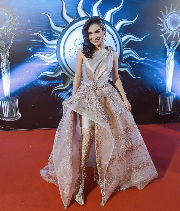 Ibel tampil cantik memakai long dress dengan detail asimetris