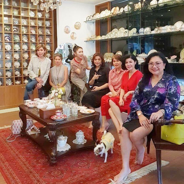 Inilah potret Desiree Tarigan bersama rekan-rekannya di ruangan khusus penyimpanan koleksi keramik miliknya seperti diunggah di Instagram @mamitoko.