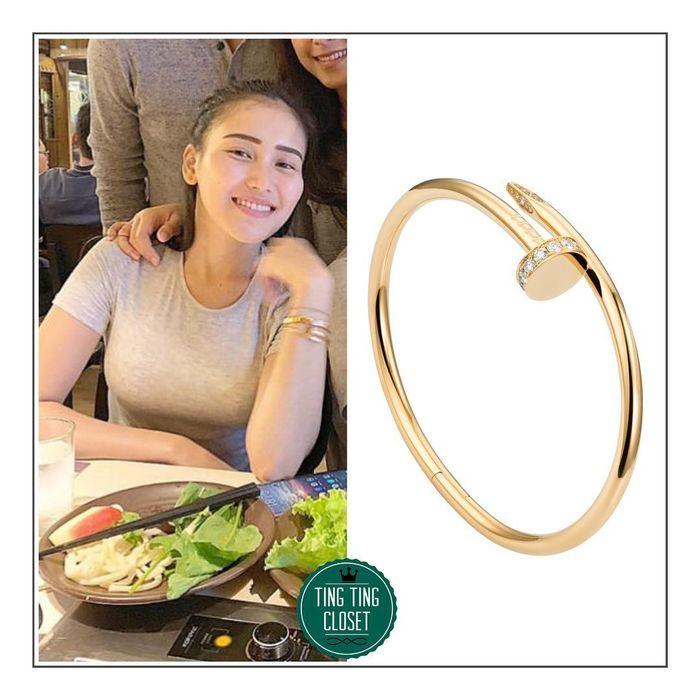 Gelang Juste Un Clou Bracelet dari Cartier yang dikenakan Ayu Ting Ting.