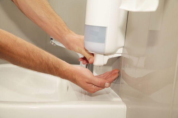 Banyak orang yang memencet tempat sabun ini dengan tangan yang penuh kuman
