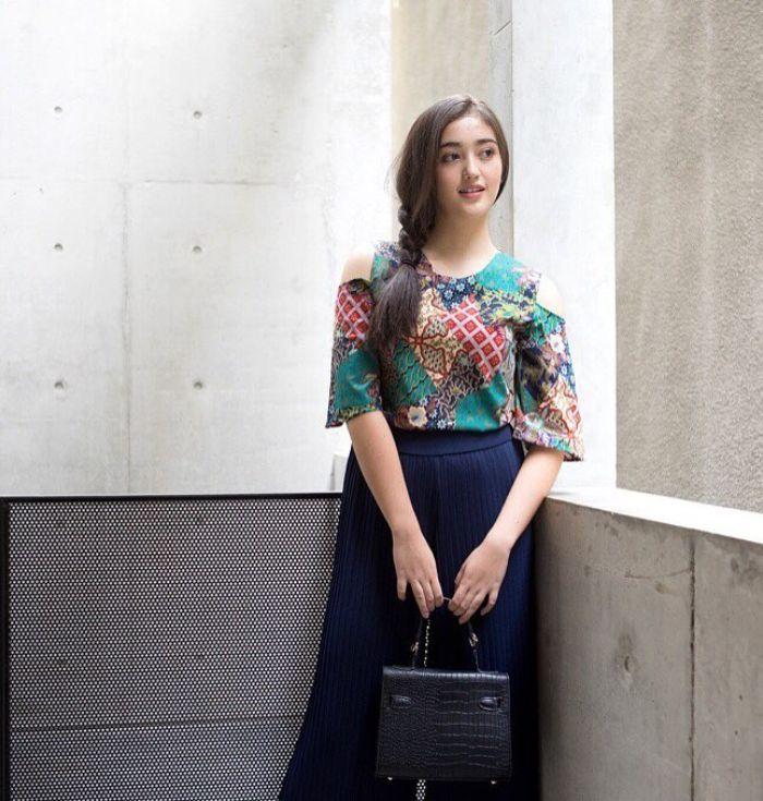 Inspirasi gaya feminin Ranty Maria dengan atasan batik
