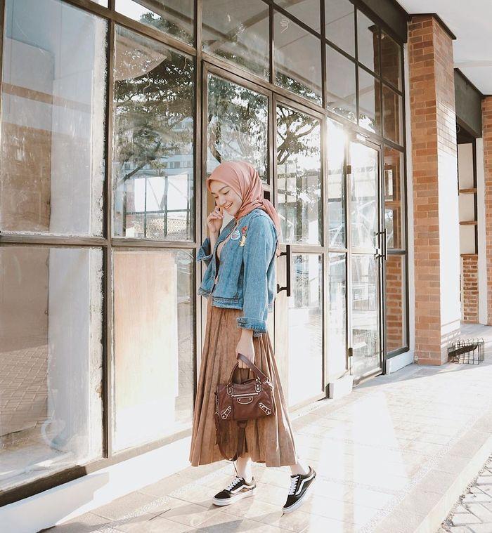 Inspirasi gaya fashion hijab ala Melody Prima dengan rok kekinian: rok lipit atau pleated skirt