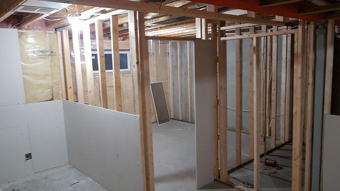 Proses pembangunan area dinding rumah kucing