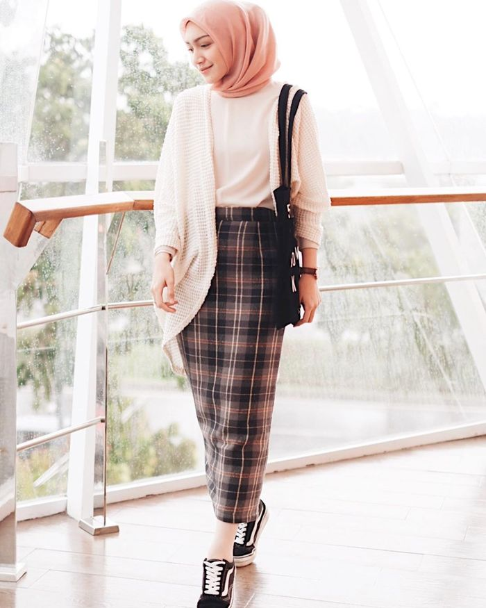 Inspirasi gaya fashion hijab ala Melody Prima dengan rok kekinian: rok motif kotak-kotak
