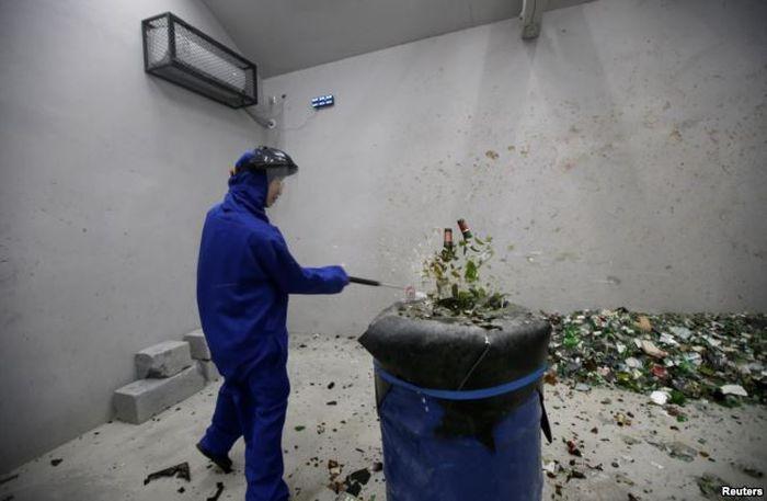 Qiu Siyu saat menghancurkan botol-botol di Smash.
