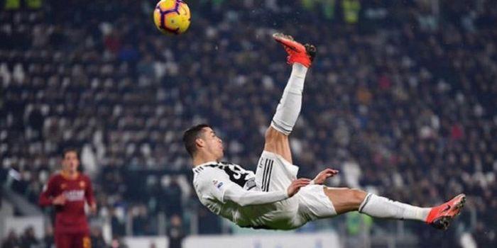 Megabintang Juventus, Cristiano Ronaldo, mendapatkan tamu spesial, yakni Floyd Mayweather, ketika me