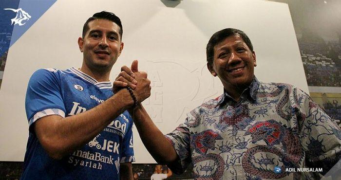 Esteban Vizcarra berpose dengan Komisaris PT Persib Bandung Bermartabat KUswara S Taryono di Graha P