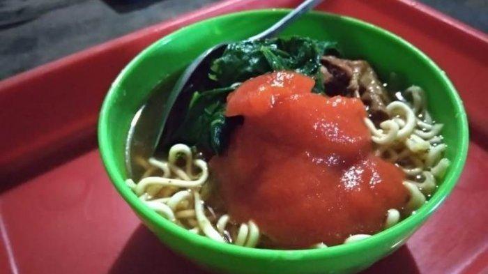 Mie ayam Rp 2.000 disajikan dalam mangkuk