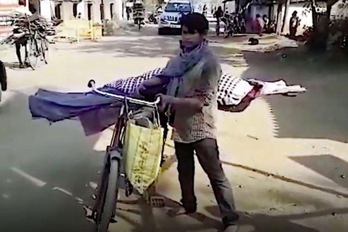 Saroj membawa jenazah ibunya.