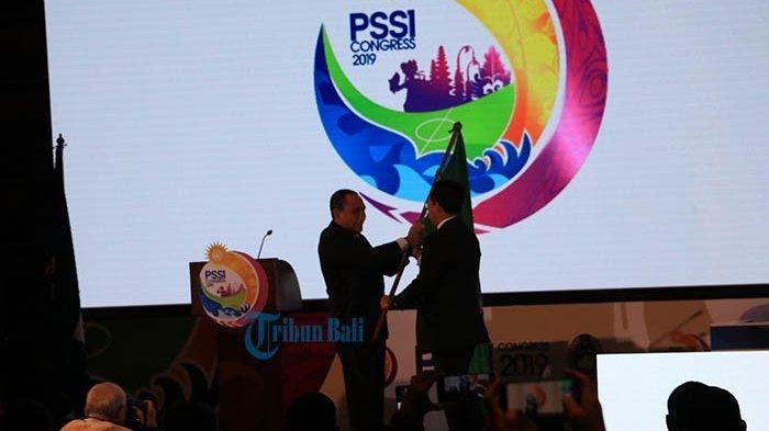 Mundur dari kursi Ketua Umum PSSI, Edy Rahmayadi serahkan panji PSSI kepada Joko Driyono, Minggu (20/1/2019).