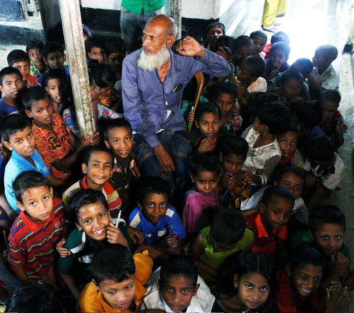 Joynal Abedin bersama anak-anak di kampungnya