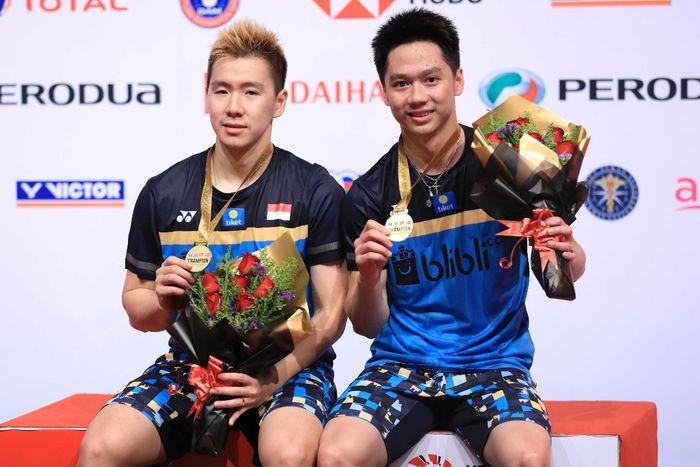 Pasangan ganda putra Indonesia, Marcus Fernaldi Gideon/Kevin Sanjaya Sukamuljo, berpose dengan medal
