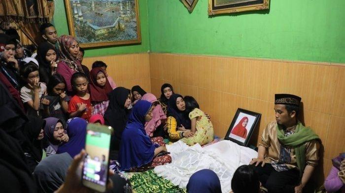 Istri ustaz Nur Maulana meninggal dunia, Minggu (20/1/2019). Sejumlah kerabat mendampingi jenazah