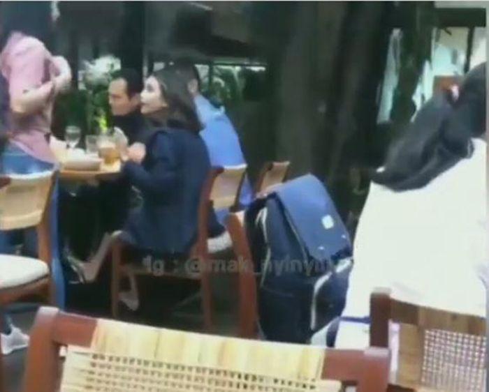 Vanessa Angel makan di restoran