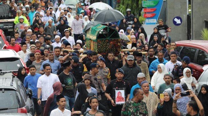 Ribuan pelayat mengantar jenazah almarhum Hj Nur Aliyah istri ustaz Maulana