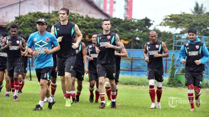 Para pemain PSM Makassar saat menjalani latihan.