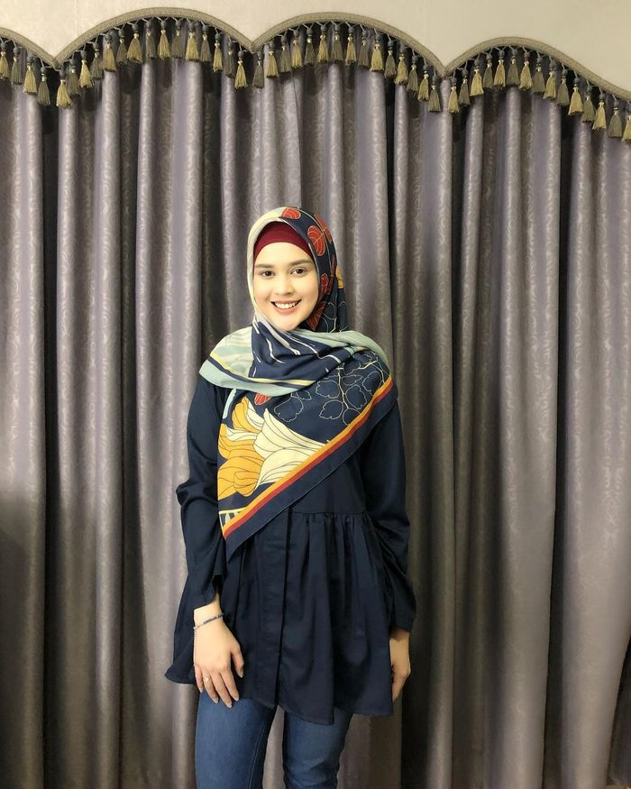 Fashion hijab ala Cut Meyriska