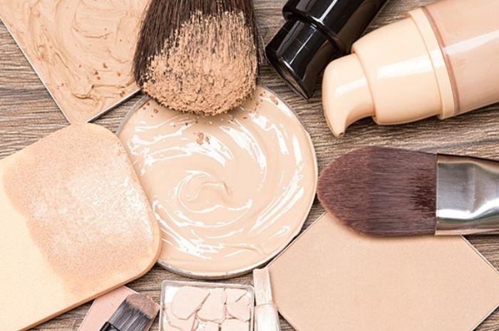 Menggunakan kuas makeup yang kotor dapat menyebabkan kulit wajah berjerawat