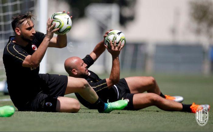 Dua kiper AC Milan, Gianluigi Donnarumma (kiri) dan Pepe Reina (kanan), sedang berlatih.