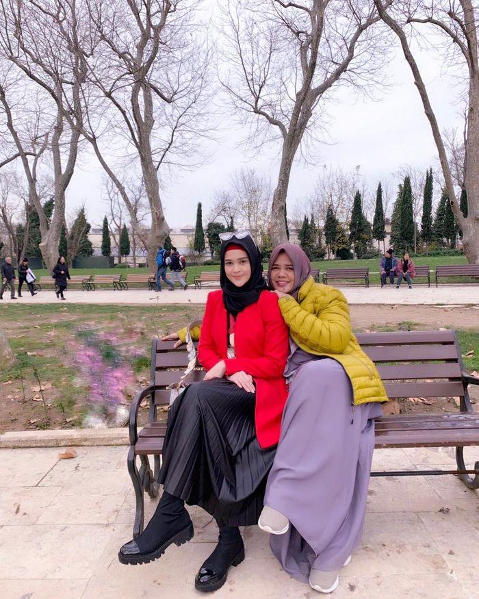 Fashion hijab ala Cut Meyriska