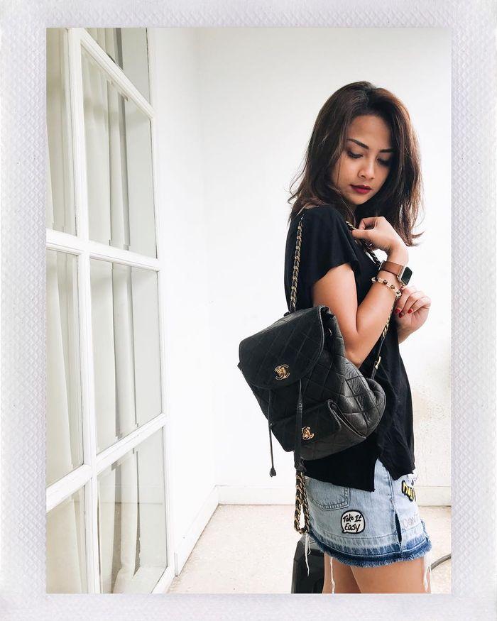 Padu padan gaya sederhana Vanessa Angel dengan tas ransel merk Chanel.