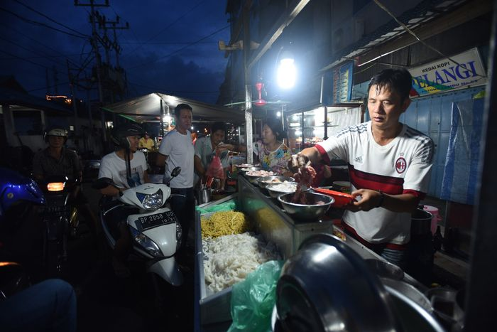 Akau Potong Lembu terletak di kawasan kota lama Tanjungpinang, buka setiap hari untuk melayani tamu-tamu yang berniat santap malam.