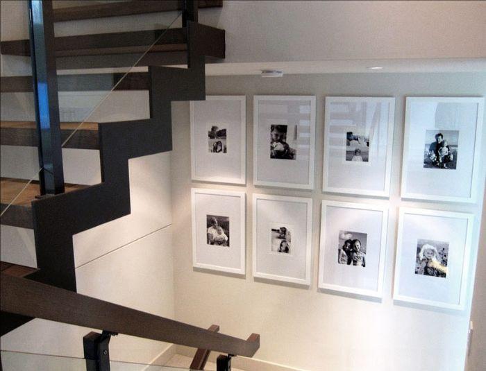 Galeri dinding yang ada di area tangga