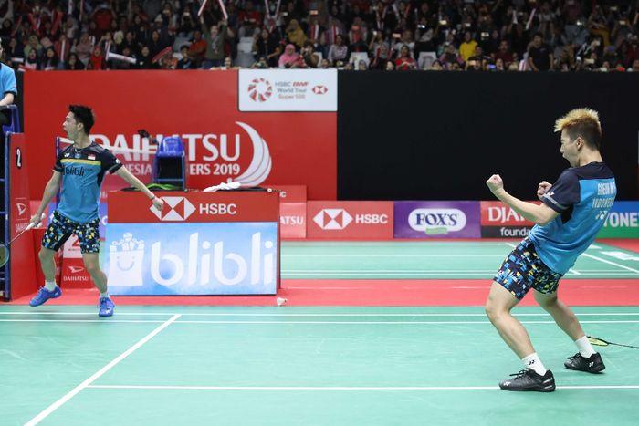 Pasangan ganda putra Indonesia, Marcus Fernaldi Gideon/Kevin Sanjaya Sukamuljo, melakukan selebrasi