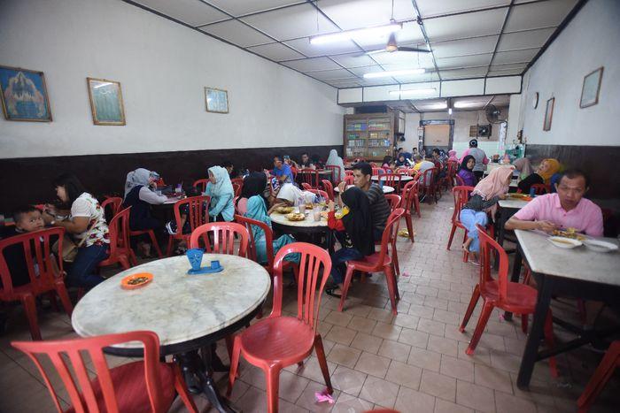 Suasana ramai di Kedai Kopi Pagi Sore yang menyajikan menu khas Roti Prata khas Tanjungpinang.