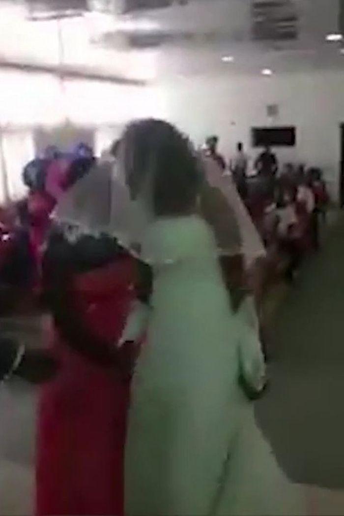 Seorang tamu menenangkan pengantin wanita simpanan