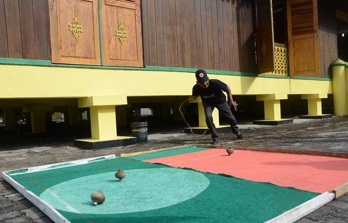Permainan gasing tradisional di halaman Balai Adat Pulau Penyengat.